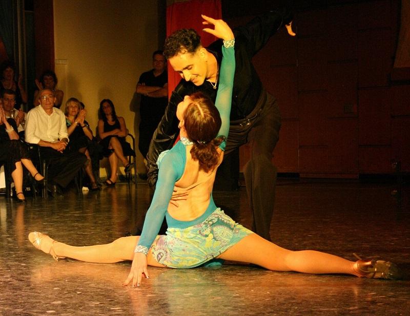 Comment danser un pas de base en salsa ?