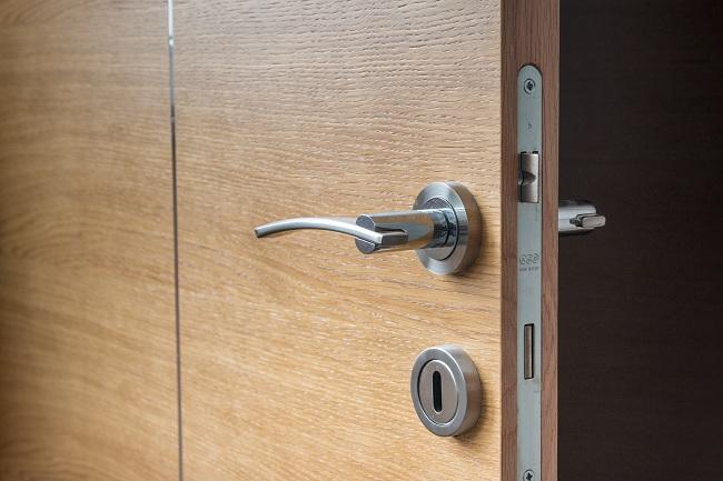 Comment ouvrir une porte verrouillée sans clé ?